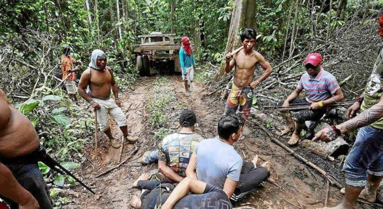 Os guerreiros Ka'apor imobilizam invasores durante a operação realizada em 7 de agosto de 2014. Foto de Lunaé Parracho /Reuters