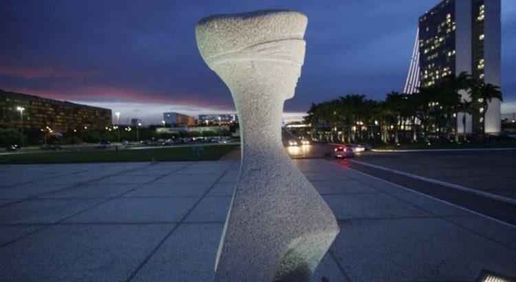 Estátua da Justiça. Ao fundo, o Congresso Nacional. Foto de Gil Ferreira (SCO/STF)