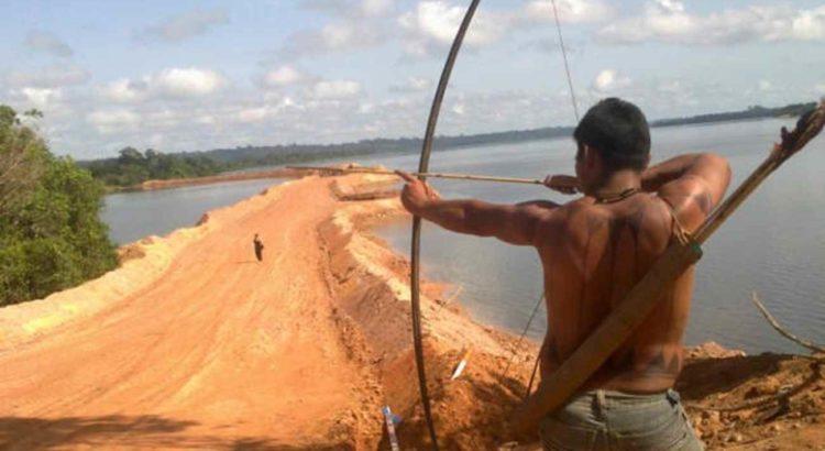 Índio durante protesto em área da obra da usina hidrelétrica de Belo Monte. Foto: Glaydson Castro / TV Liberal