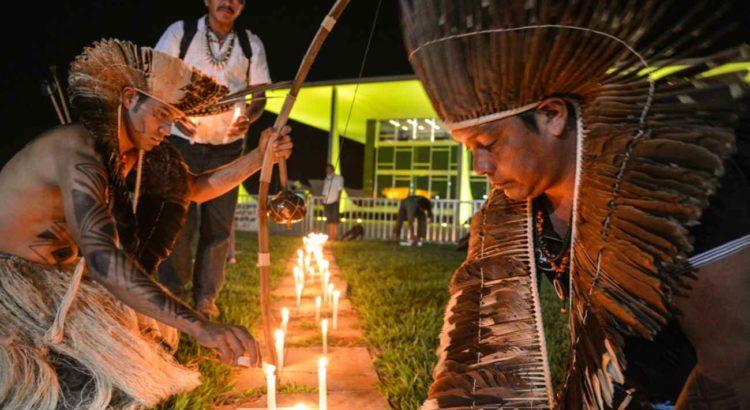 Indígenas de três etnias acendem velas em protesto em frente ao STF contra três decisões que anularam atos administrativos de demarcações de terras, em maio. Foto: Valter Campanato/ Agência Brasil