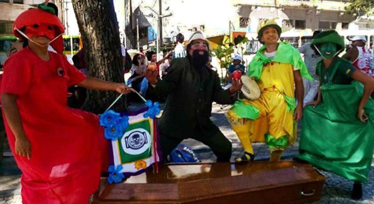Manifestantes e atores mobilizam a sociedade na Praça do Diário, no Recife, no último dia 03/12 - Foto: Campanha Permanente contra os Agrotóxicos e Pela Vida
