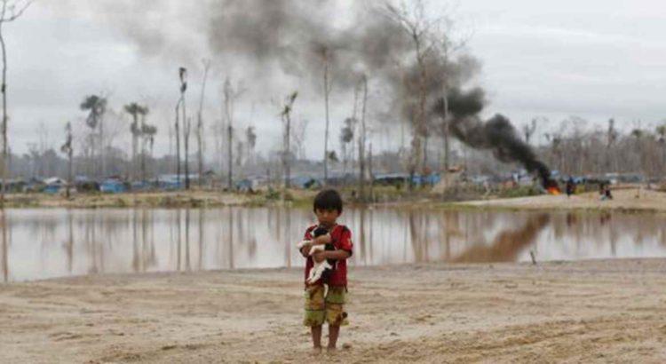 Criança perto de uma operação contra a mineração no Peru. / REUTERS