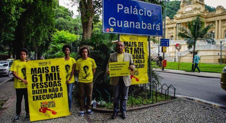 Atila Roque, diretor executivo da Anistia Internacional Brasil, e ativistas em frente ao Palácio da Guanabara para entrega da petição que pede, dentre outras recomendações, o fim dos autos de resistência | ©Lucas Jatobá