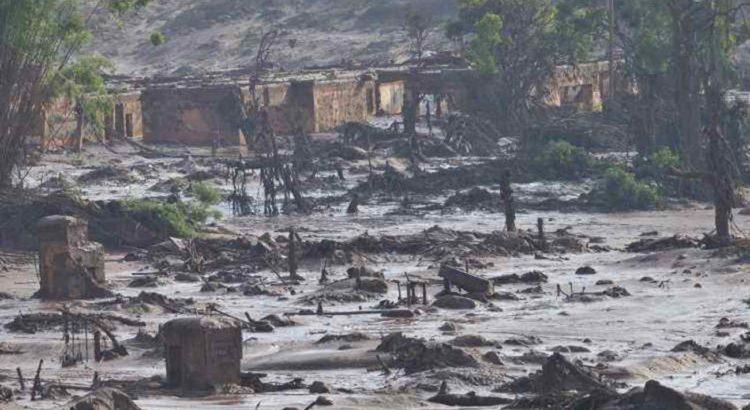 Bento Rodrigues se transformou em vila-fantasma, na catástrofe que evidenciou fiscalização frágil e obras sem controle. Foto: Juarez Rodrigues /EM/D.A Press, 06/11/2015