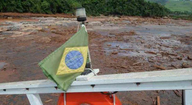 Vista do leito assoreado do Rio Doce a partir de barco encalhado: remoção da lama é uma das exigências de processo na Justiça Federal. Foto: Beto Novaes /EM/D.A Press