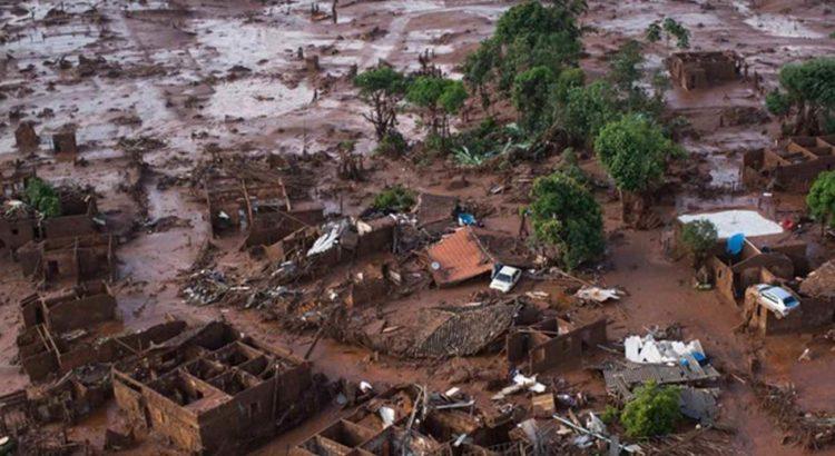 Carros e destroços de casas são vistos em meio a lama após o rompimento de uma barragem de rejeitos da mineradora Samarco no Distrito de Bento Rodrigues, no interior de Minas Gerais (Foto: Felipe Dana/AP)