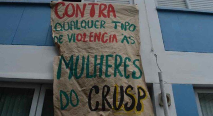 """Cartaz da campanha """"Abra as janelas para o machismo"""" penduradas em janelas do Crusp. Foto: Barbara Monfrinato"""