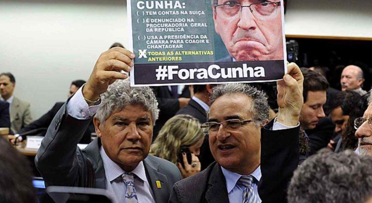 Parlamentares exibem cartaz contra o presidente da Câmara, Eduardo Cunha, em sessão do Conselho de Ética. Foto: Luis Macedo/Câmara dos Deputados