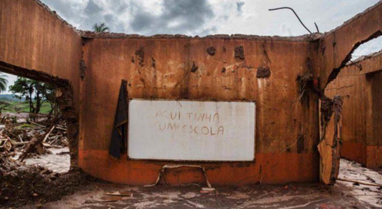 Imagem: Ruínas de escola após passagem de lama da barragem de rejeitos da Samarco em Mariana (MG) / Avener Prado -Folhaexpress