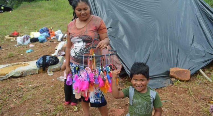 Indígenas mostram os artesanatos que fazem para vender. Foto: Claudia Weinman e Paulo Fortes (PJMP\PJR-SC)