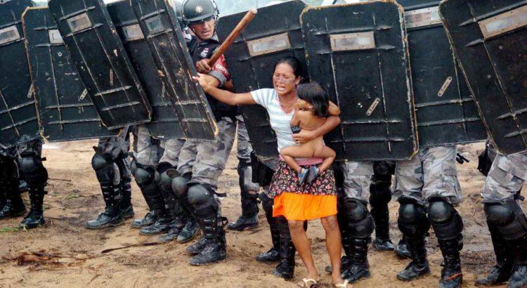 Indígena tenta impedir reintegração de posse no Amazonas. Foto vencedora do Prêmio Vladimir Herzog de Direitos Humanos, categoria Fotografia – Luiz Gonzaga Alves de Vasconcelos, Jornal A Crítica (2008).