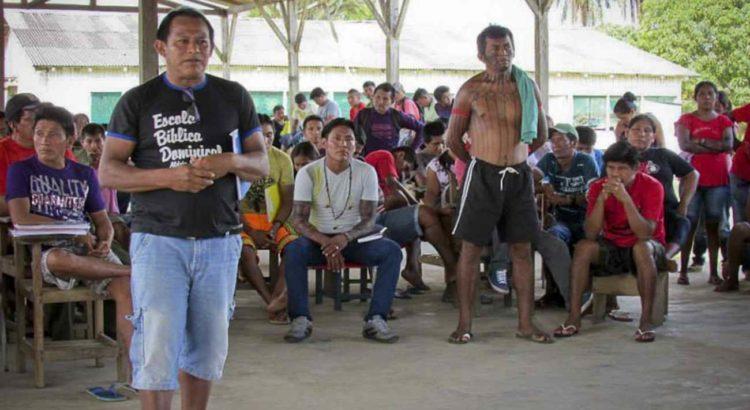 Jairo Saw Munduruku (à frente) durante etapa do Projeto Ibaorebu, da Funai. Foto: Izabel Gobbi /Funai.