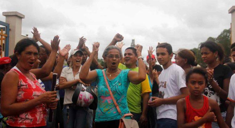 moradores piquia comemorando
