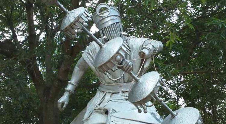 O morador de rua amarrou a estátua para que o cajado e a mão da entidade não caíssem no chão