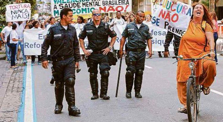 Protesto. Profissionais de saúde mental e pacientes em frente à Alerj, na manifestação contra troca no ministério. Foto de Domingos Peixoto / Agência O Globo.