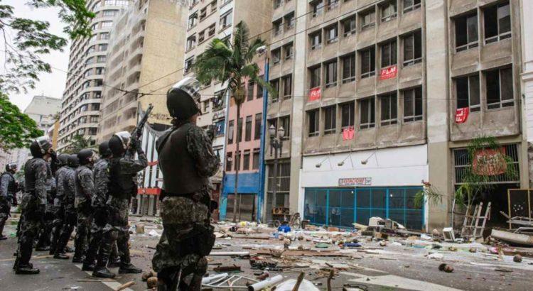 PMs atiram bombas de gás contra mulheres e crianças sem-teto (16/11/14). Foto: Caio Palazzo /Ponte Jornalismo