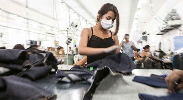 Trabalhadora produz peças para a Guararapes, do grupo Riachuelo, em oficina terceirizada no interior do Rio Grande do Norte. Foto: Lilo Clareto